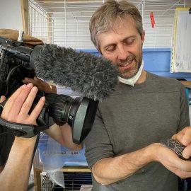 Massimo Vacchetta e il cameraman di Artemide tv